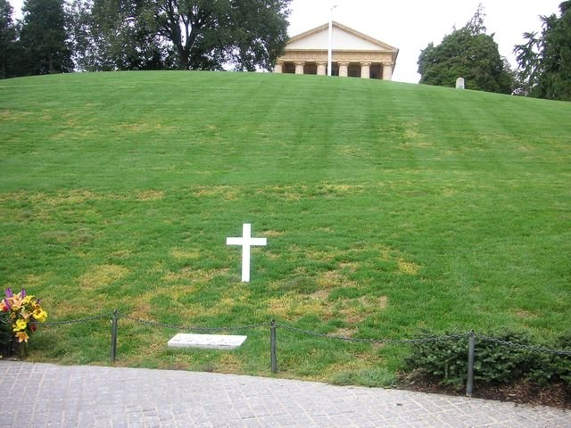 phoca_thumb_l_17-2005-Arlington-hrob-RFK.JPG